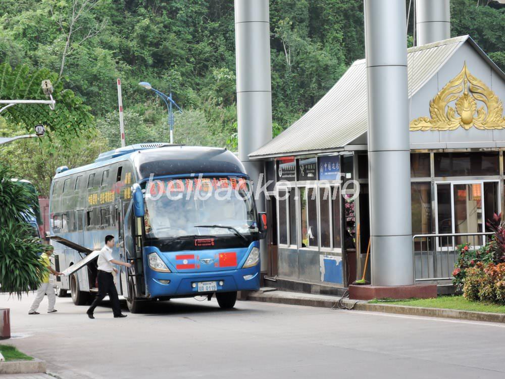 税関を通過する国際バス