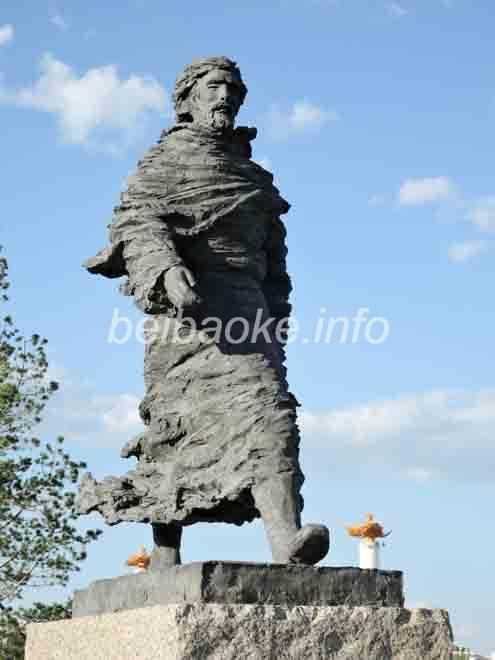 マルコポーロ像